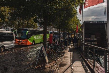 Photo pour COPENHAGUE, DANEMARK - 30 AVRIL 2020 : Vélos près des arbres et de la route dans la rue urbaine - image libre de droit