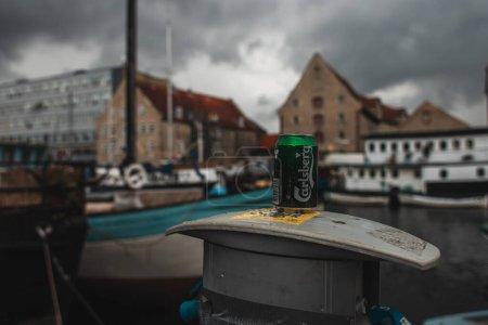 Photo pour COPENHAGUE, DANEMARK - 30 AVRIL 2020 : Concentration sélective de la canette de bière carlsberg dans la rue urbaine - image libre de droit