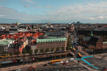 Photo pour Vue en angle élevé des bâtiments et de la route dans la ville de Copenhague avec ciel nuageux en arrière-plan, Danemark - image libre de droit