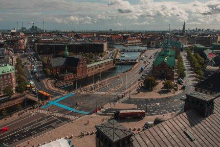 Photo pour Vue en angle élevé de Copenhague avec route, canal et ciel nuageux en arrière-plan, Danemark - image libre de droit