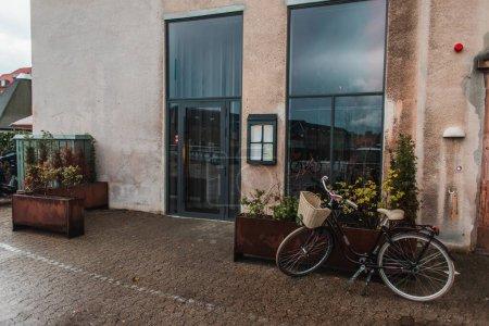 Photo pour Vélos près de pots de fleurs et façade du bâtiment à Copenhague, Danemark - image libre de droit