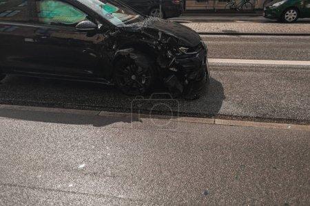 Photo pour Voiture cassée sur la route dans la rue urbaine de Copenhague, Danemark - image libre de droit