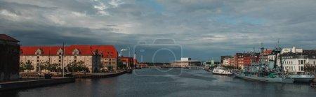 Photo pour Image horizontale des bâtiments près du canal et des bateaux dans le port avec ciel nuageux en arrière-plan à Copenhague, Danemark - image libre de droit