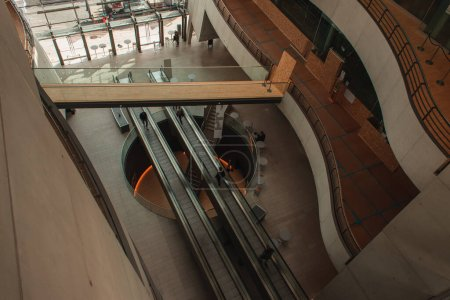 Photo pour COPENHAGUE, DANEMARK - 30 AVRIL 2020 : Vue en grand angle des personnes sur escaliers mécaniques à la Bibliothèque royale Black Diamond, Copenhague, Danemark - image libre de droit