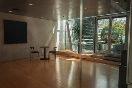 Photo pour Intérieur de la chambre avec lumière du soleil et des plantes sur la terrasse - image libre de droit