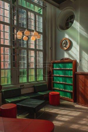 Photo pour Vintage intérieur du salon avec des livres dans une armoire en bois, Copenhague, Danemark - image libre de droit