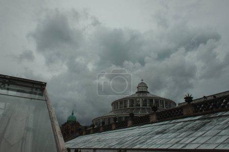 Photo pour Façade du jardin botanique de l'Université de Copenhague avec ciel nuageux en arrière-plan, Danemark - image libre de droit