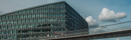Photo pour Récolte panoramique de pont près du bâtiment et ciel nuageux en arrière-plan, Copenhague, Danemark - image libre de droit