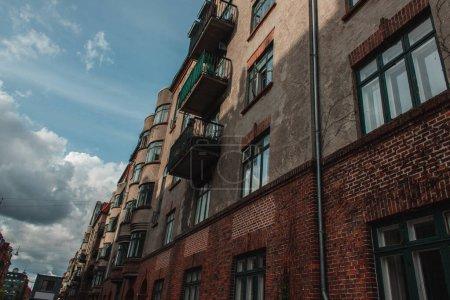 Photo pour Vue en angle bas de la façade d'un vieux bâtiment avec ciel bleu et nuages à l'arrière-plan, Copenhague, Danemark - image libre de droit