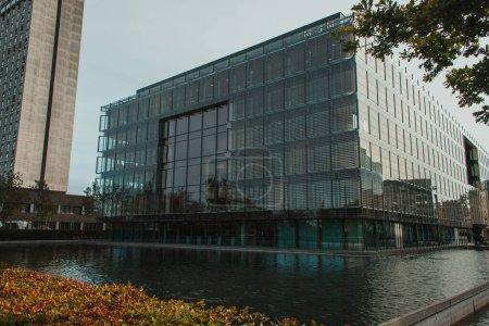 Photo pour Bâtiments près du canal avec ciel bleu à l'arrière-plan, Copenhague, Danemark - image libre de droit