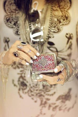 Photo pour Belles mains de femme tenant boîte à bijoux vintage, main avec vernis à ongles parfait et bagues en argent, peut être utilisé comme fond - image libre de droit