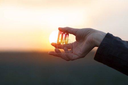 Photo pour Belles mains de femme tenant de petits cristaux de quartz à la lumière du soleil, la guérison cristal concept shoot, peut être utilisé comme arrière-plan - image libre de droit