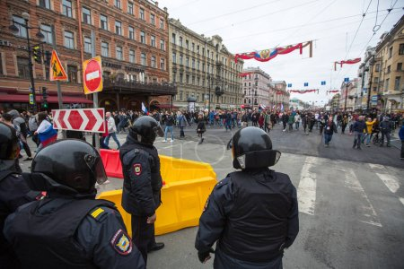 Photo for ST. PETERSBURG, RUSSIA - MAY 5, 2018: Police officers in riot gear block an Nevsky prospect during an opposition protest rally ahead of President Vladimir Putin's inauguration ceremony. - Royalty Free Image