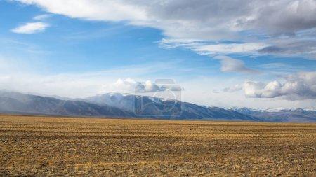Landschaft der Berge und Steppen in der westlichen Mongolei.