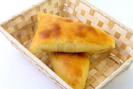 Fleisch sfiha (esfiha) arabischen Ursprungs traditionell für die brasilianische Küche im Korb auf weißem Hintergrund angepasst