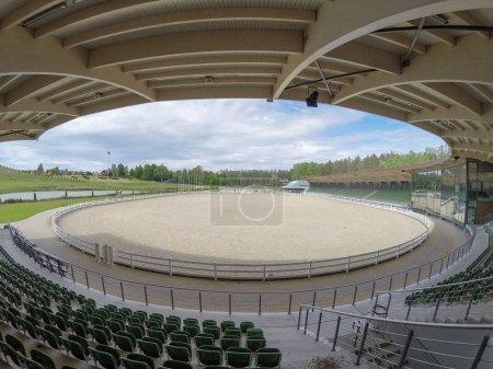 Photo pour Hippodrome de zone ouverte vide en harmonie parc fermé à Prienai ville en Lituanie - image libre de droit