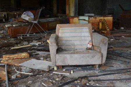 Photo pour Intérieur de la vieille maison abandonnée en ruine dans la zone radioactive de la catastrophe nucléaire à Tchernobyl, Ukraine - image libre de droit