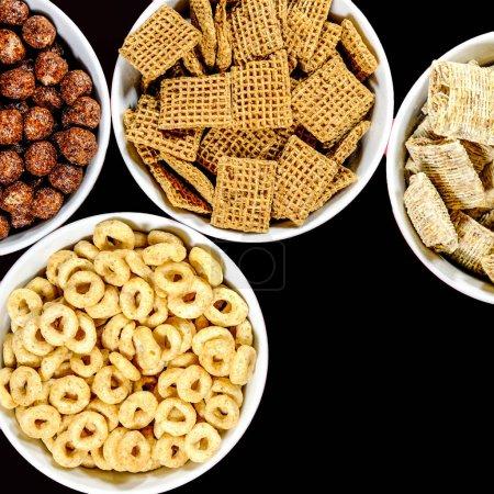 Photo pour Sélection de bols de céréales de petit déjeuner sains, y compris le chocolat au blé râpé Nesquik Shreddies and Cheerios - image libre de droit