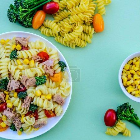 Photo pour Tuna and Sweetcorn Healthy Pasta Salad With, Broccoli Florets, Cherry Tomatoes and Fusilli Pasta - image libre de droit