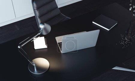 Photo pour Gros plan de l'ordinateur portable, lampe allumée et bloc-notes sur la table, vue sur le dessus. Rendu 3d . - image libre de droit