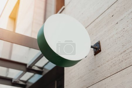 Photo pour Panneau rond vert blanc pour magasin Mockup. Modèle de boîte à lumière de magasin éclairé circulaire vide monté sur le mur. Panneau de rue, signalisation - image libre de droit