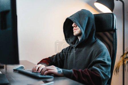 Hacker arbeiten am PC moderner Arbeitsplatz für Designer, Maler, Freiberufler.