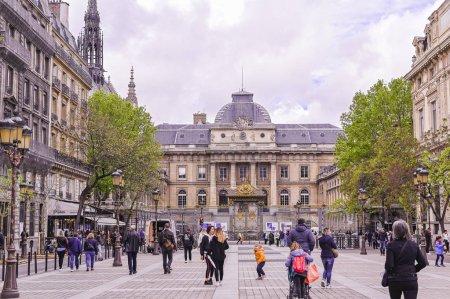 Photo pour Architecture en France. Les rues du vieux centre de Paris. Voyages et tourisme. Bâtiments administratifs - image libre de droit