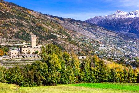 Photo pour Châteaux de la Vallée d'Aoste. Castello Reale di Sarre, Italie.Vue panoramique avec montagnes et arbres . - image libre de droit
