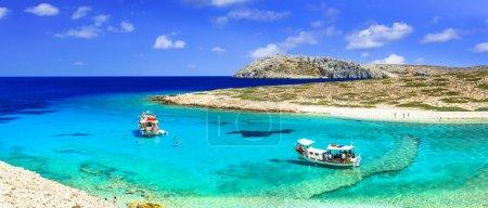 Photo pour Belle plage de Koutsomytis, mer turquoise et roches uniques, île d'Astypalea, Grèce. - image libre de droit