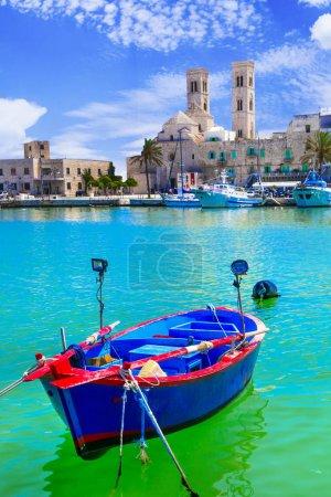 Photo pour Mer turquoise, maisons traditionnelles et cathédrale dans la ville de Molfetta, Pouilles, Italie. - image libre de droit
