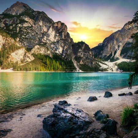 Photo pour Lac des Braies impressionnant, vue avec lac turquoise et montagnes, Vénétie, Italie du Nord . - image libre de droit