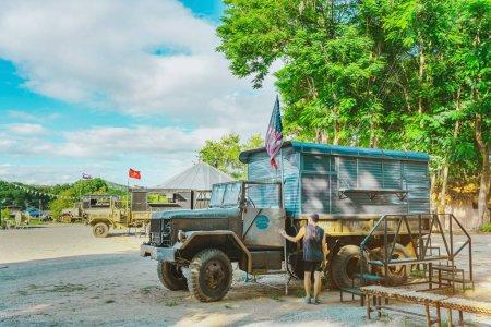 Photo pour KANCHANABURI THAÏLANDE-16 JUILLET 2019 : Artisanat, nourriture maison, vêtements en coton et plus des producteurs locaux viennent former la communauté et mettre en place le marché local appelé World War ll Bridge Project près du pont sur la rivière Kwai à Kanchanaburi Thai - image libre de droit