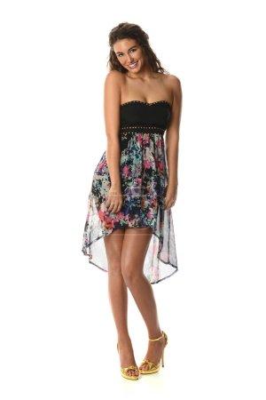 Photo pour Jeune mannequin portant une robe colorée et des talons hauts - image libre de droit