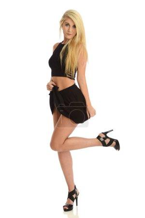Photo pour Mode jeune femme portant une jupe noire courte isolé sur un fond blanc - image libre de droit