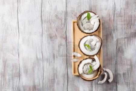 Photo pour Pudding de semences clerbois en noix de coco fraîche. Concept de mode de vie sain, une alimentation saine, régime, perte de poids et repas équilibré régime alimentaire - image libre de droit