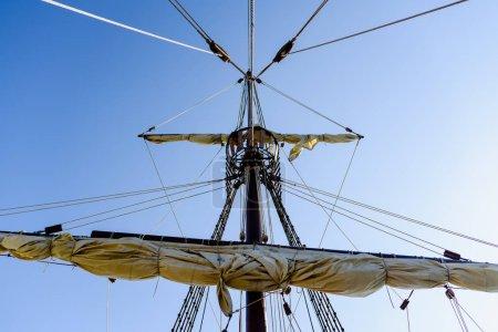 Photo pour Voiles et les cordages du grand mât d'un navire de la Caravelle Santa Mara Colomb navires - image libre de droit