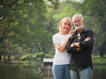 Photo pour Portrait de retraite couple Senior homme et femme heureuse dans le parc ensemble - image libre de droit