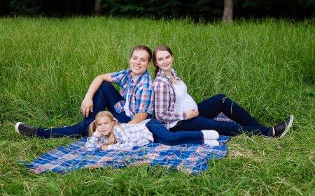 Photo pour Famille heureuse appréciant le pique-nique dans la nature. Concept de famille - image libre de droit