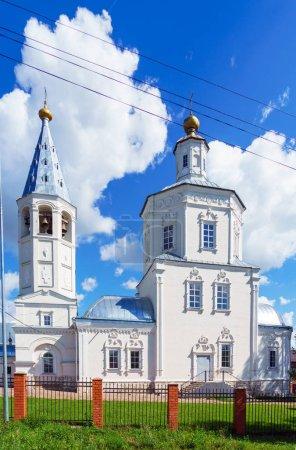 Photo pour Église orthodoxe du XVIIIe siècle de style baroque dans une petite ville provinciale, Venev, région de Toula, Russie - image libre de droit