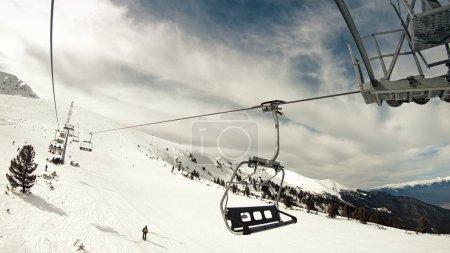 Photo pour Téléski aérien pov. Ski à Pirin sur la piste de la station de Bansko, Bulgarie, ralenti - image libre de droit