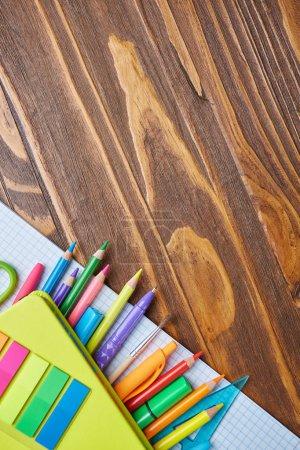 Foto de Concepto de educación o regreso a la escuela. Material escolar sobre fondo de madera. Vista superior, plano - Imagen libre de derechos