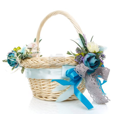 Photo pour Panier de Pâques sur fond blanc. Décoré avec des fleurs en bleu. Rubans et dentelle. Vue latérale. - image libre de droit