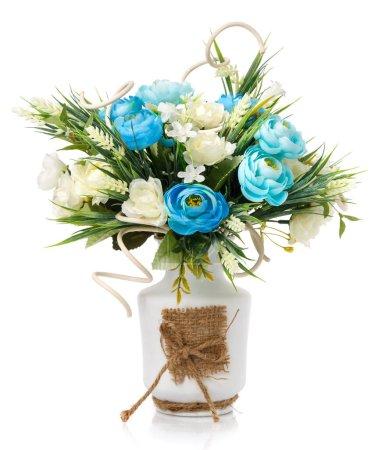 Elegante florale, weiche Pastellkomposition. Schöne Blumen, Grüntöne und natürliche Holzzweige in weißer Vase mit Säcken auf weißem Hintergrund. Home Interieur florales Dekor.