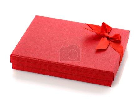 Photo pour Élégante boîte cadeau rouge avec un petit arc. Isolé. Coffret cadeau pour bijoux fantaisie. - image libre de droit
