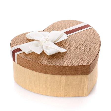 Photo pour Boîte cadeau Saint-Valentin en forme de coeur sur fond blanc. Concept de célébration de la Saint-Valentin. - image libre de droit