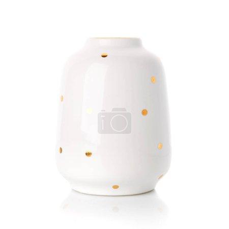 Photo pour Beau vase dans le style provençal. Vase en céramique blanche à pois dorés sur fond blanc. Décor de maison. - image libre de droit