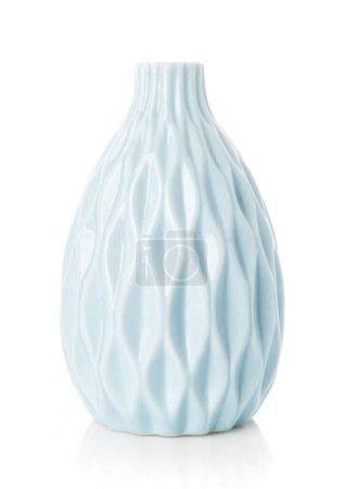 Photo pour Vase original de couleur turquoise sur fond blanc. Vase à fleurs vide. - image libre de droit
