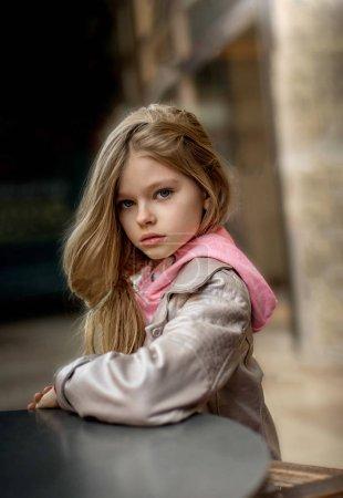 una niña con el pelo largo y rubio