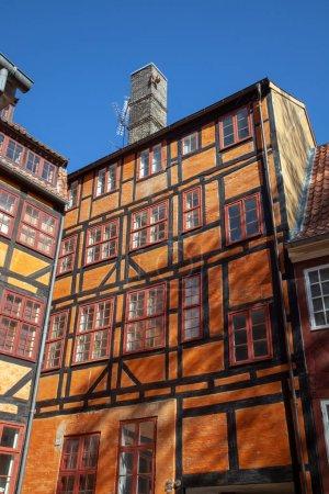 vue d'angle faible des belles historique abrite contre un ciel bleu à Copenhague, Danemark