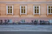 """Постер, картина, фотообои """"пустой скамейке и велосипеды припаркованный возле Старый дом на улице в Копенгагене, Дания"""""""